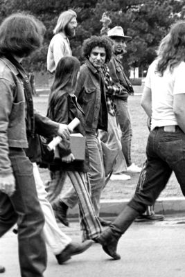 1200px-Abbie_Hoffman_visiting_the_University_of_Oklahoma_circa_1969